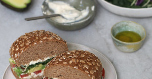 Panino con formaggio di tofu, avocado e pomodori