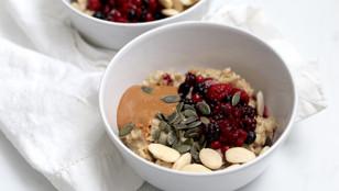 Porridge di avena con frutti di bosco, burro di arachidi e mandorle