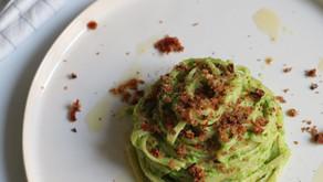 PASQUA VEGAN - Linguine al pesto di piselli con pangrattato ai pomodori secchi e olive