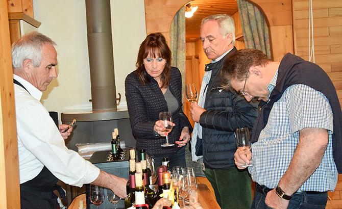 Weinprobe in wertvollem Holz