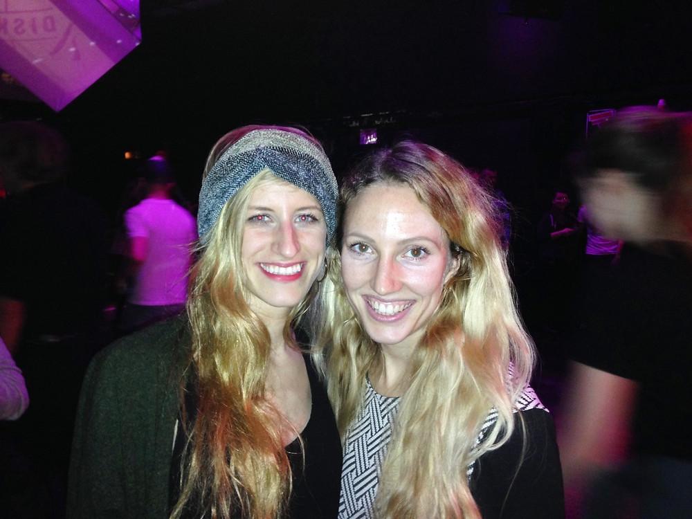 Foto von zwei jungen, blonden Frauen, Josefine Martin und Lia Schmökel