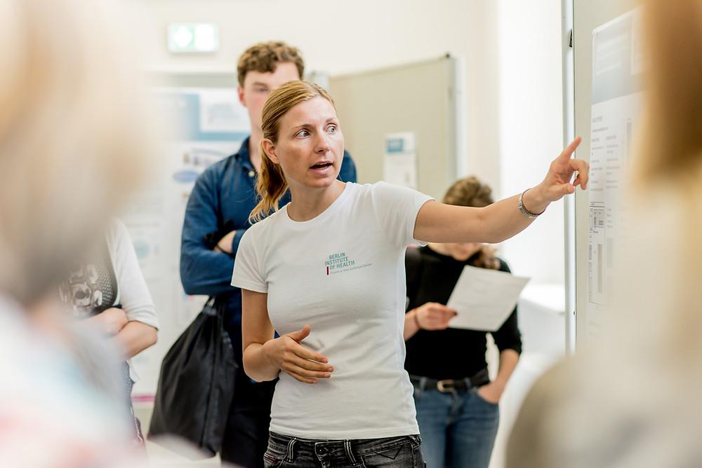 blonde Frau während eines Vortages, Dr. Anja Mähle