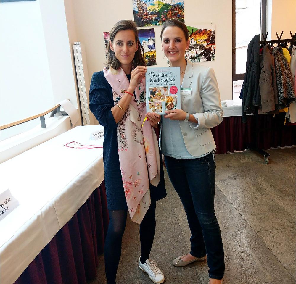 Zwei Frauen Sarah Schocke und Simone Frey, die ein Buch halten