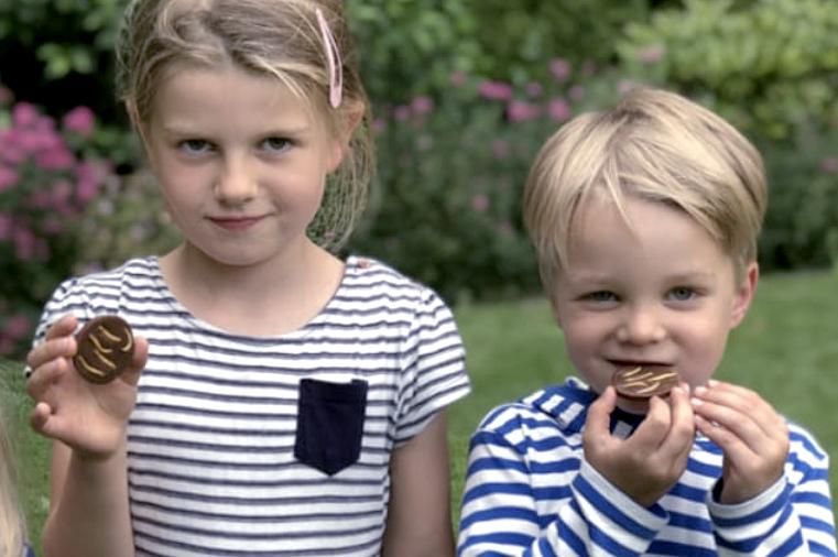 Ein Mädchen und ein Junge, die Schokolade essen