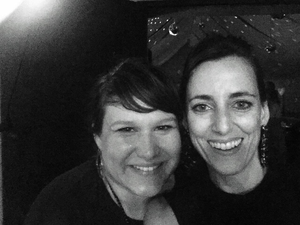 Selfie in Schwarz/Weiß von zwei jungen Frauen, Barbara Ernst und Simone Frey