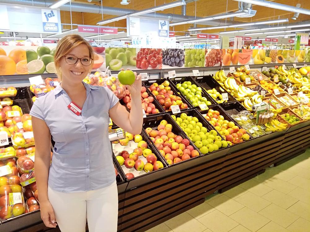 Rewe Supermarkt, Frau in der Obstabteilung