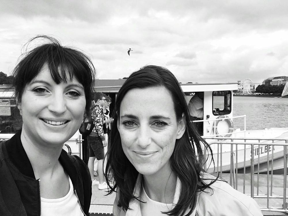 Schwarz/Weiß Selfie von zwei braunhaarigen Frauen, Jana Zieseniß und Simone Frey