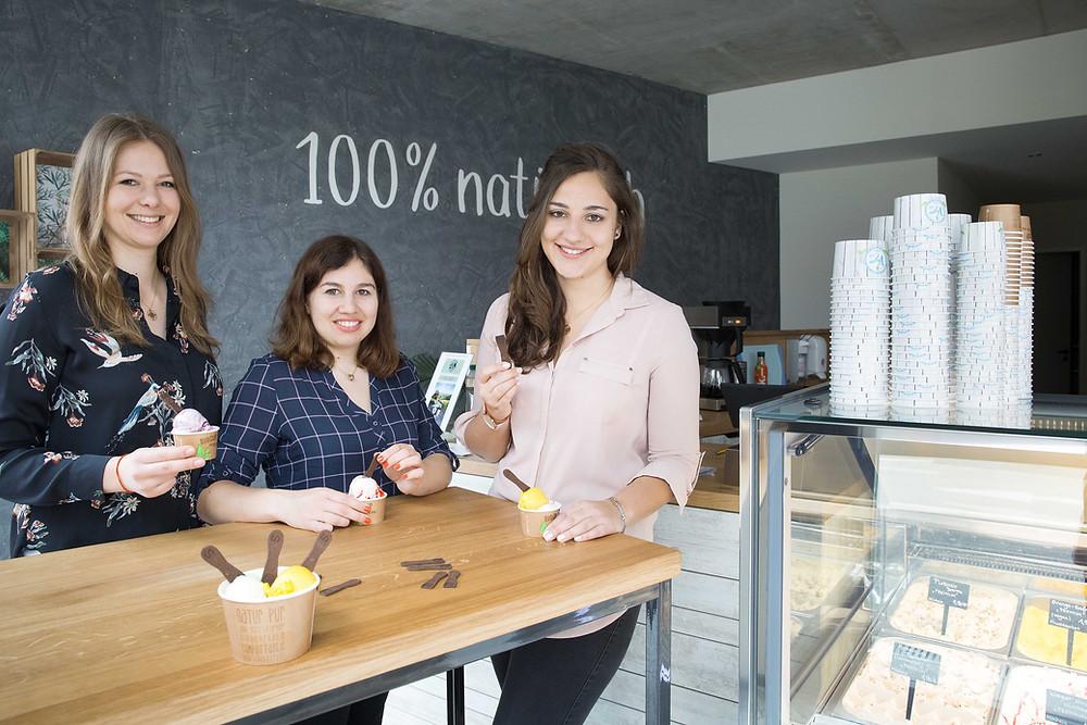 Julia Piechotta, Anja Wildermuth, Amelie Vermeer in der Eisdiele