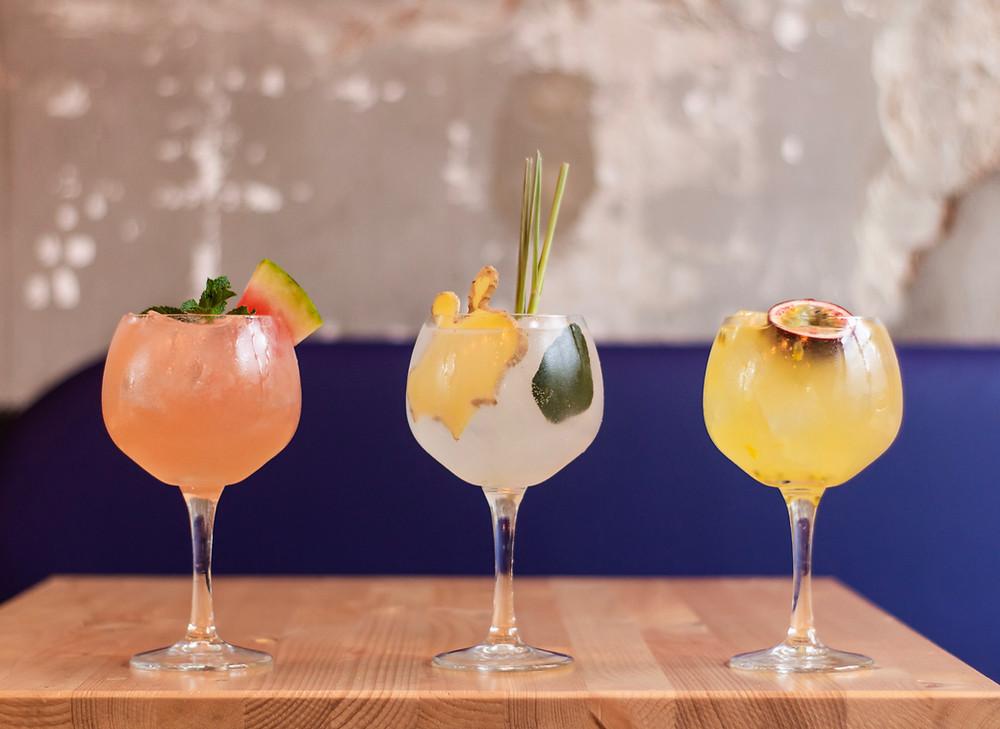 3 Cocktails auf dem Tisch