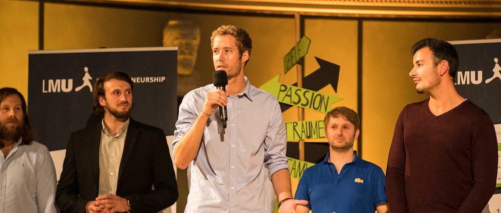 Alexander König während eines Vortrages auf der Bühne