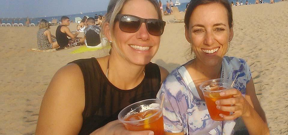 2 junge Frauen am Strand mit Aperol, Nina Zellhofer  und Simone Frey