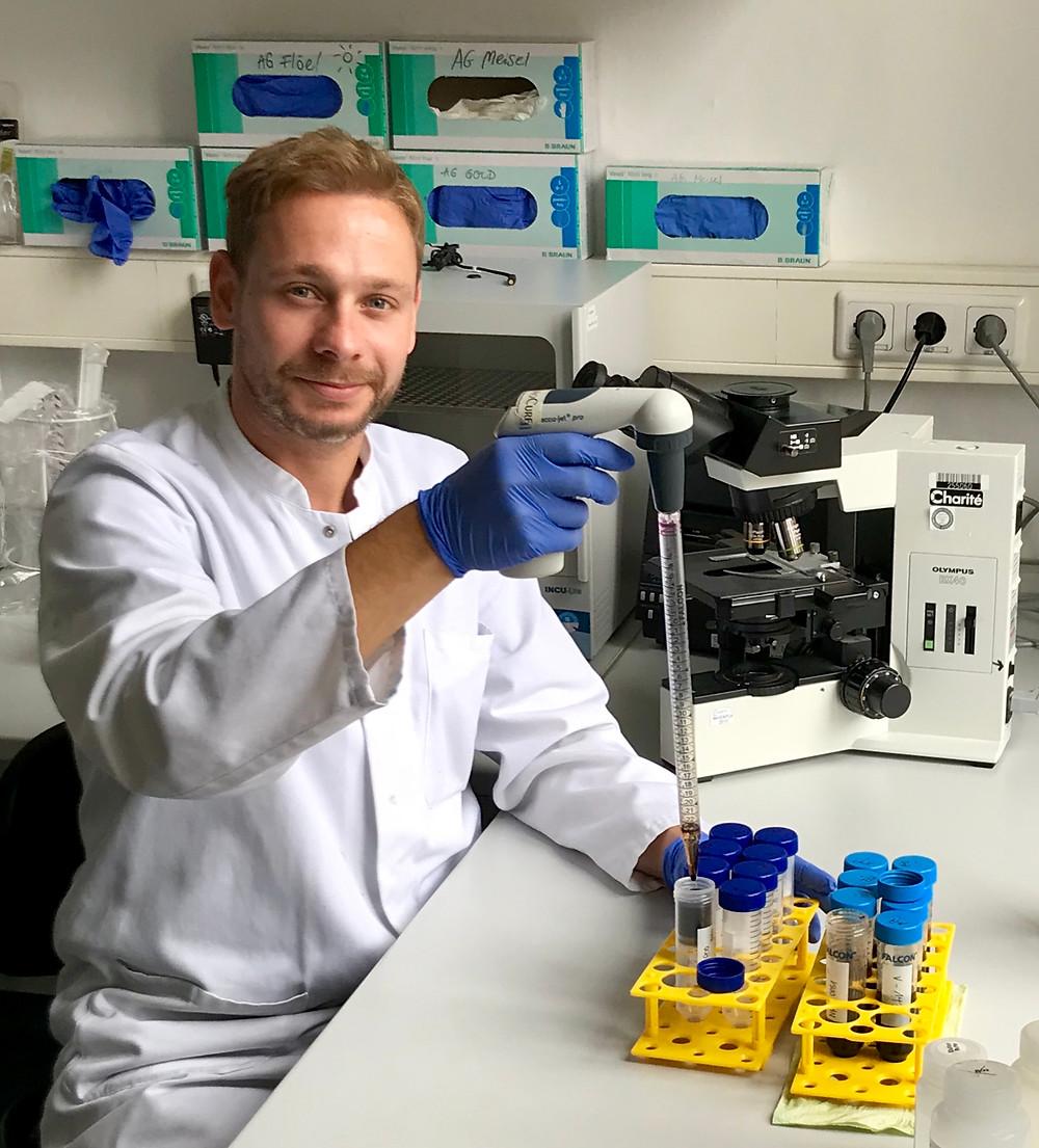 Lars Klug beim Experimentieren im Labor