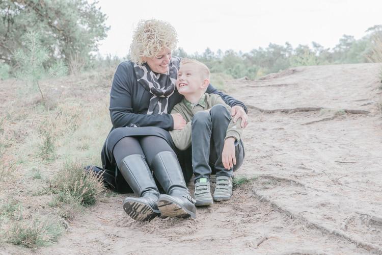 Gezinsfotografie moeder en zoon