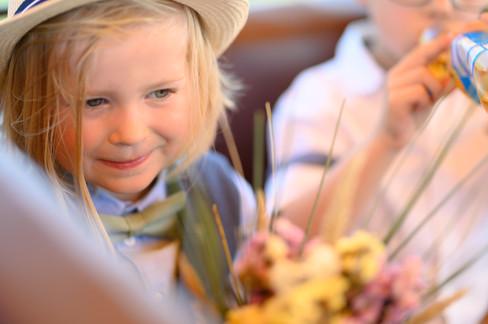 Junge während der Hochzeit