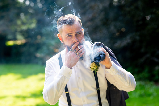Bräutigam mit Zigarette