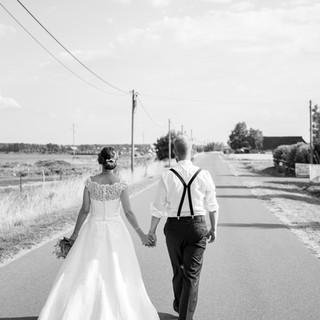 Brautpaar on street