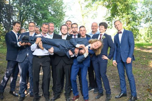 Männerrunde-Spaß-Hochzeitsshooting