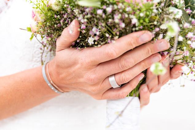 Braut mit Ehering und Brautstrauß