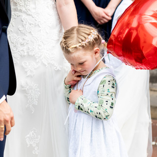 Kind in einer Hochzeitsgesellschaft