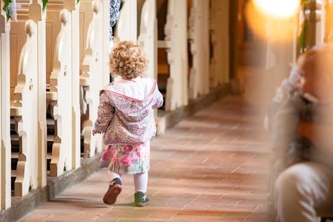 Kind in der Kirche