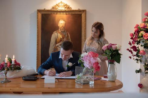 Standesamt Bräutigam während der Unterschrift