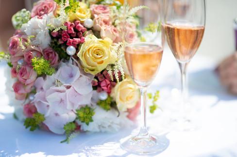 Brautstrauß und Sektgläser