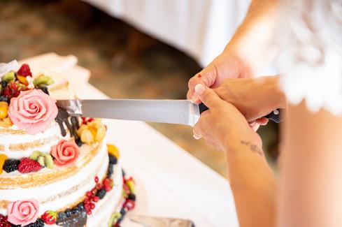 Anschneiden der Torte während der Hochzeit