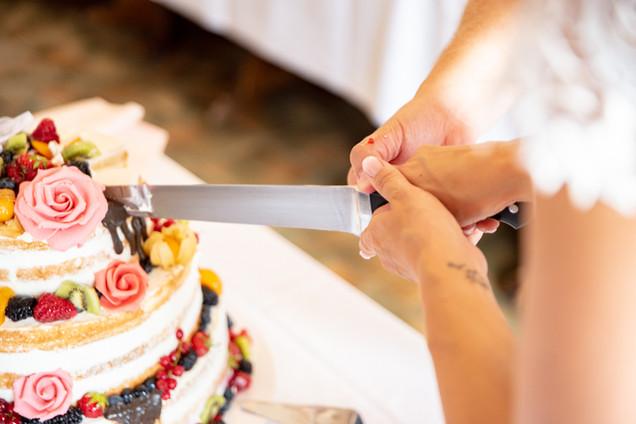 Anschneiden der Hochzeitstorte