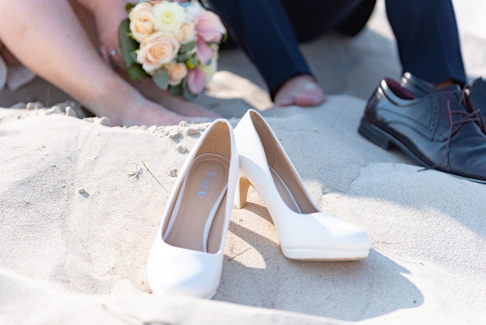 Brautschuhe am Strand