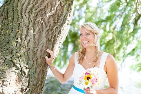 Glückliche Braut beim Fotoshooting