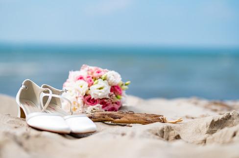 Brautschuhe und Brautstraß am Strand