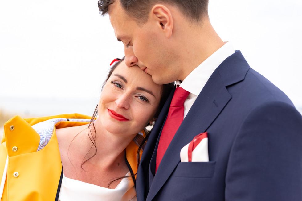 Braut mit Regenjacke