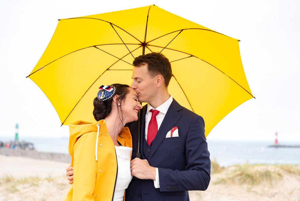 Hochzeitspaar mit Regenschirm