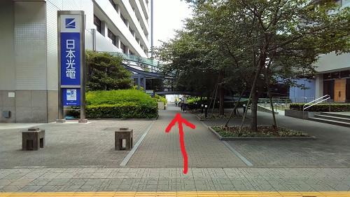 日本光電の看板が目印