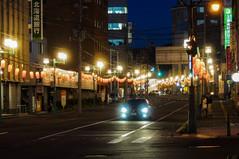 祭りを控えた夜の街角