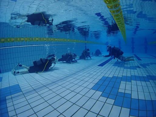 温水プールで講習
