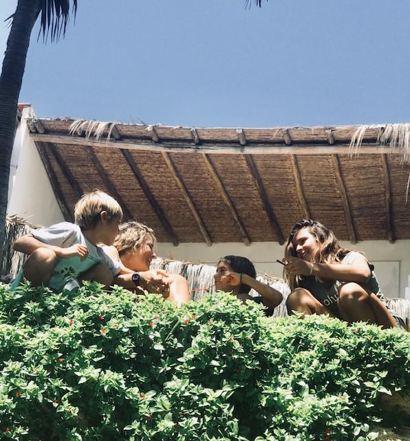 conversando y riendo en el jardín, al borde del mar de Máncora