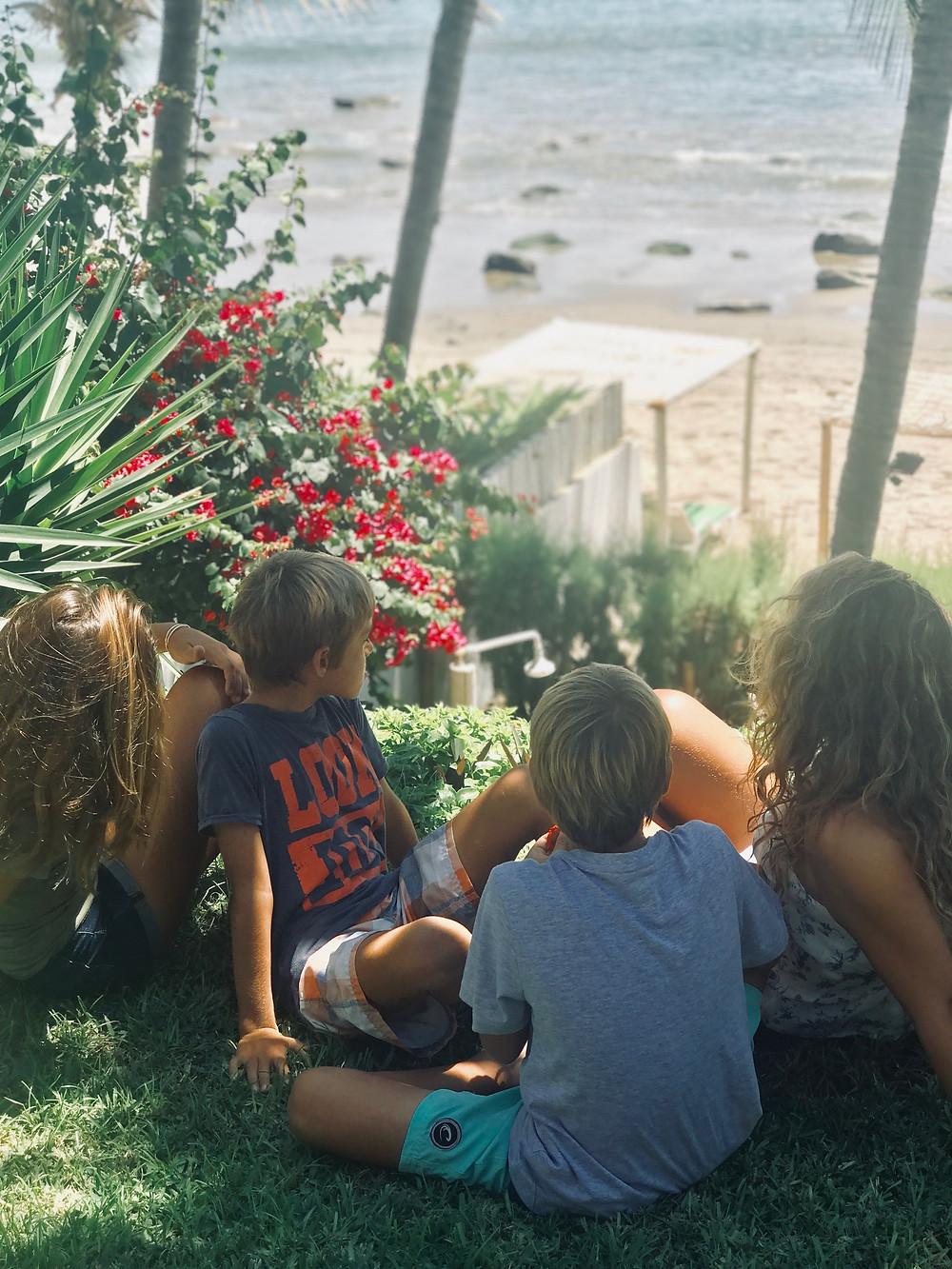 Cuando mis hijos necesitan tranquilidad, se sientan al borde del jardín a ver el mar
