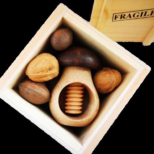 קונטיינר עץ עם אגוזים ומפצח פטרייה