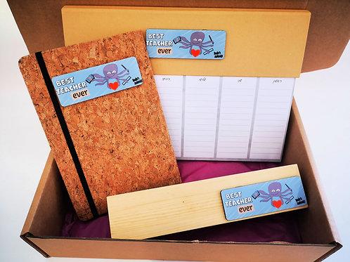 מארז מתנה- לוח תכנון, מחברת, מעמד שולחני - עם מסר של הוקרה לצוות החינוכי