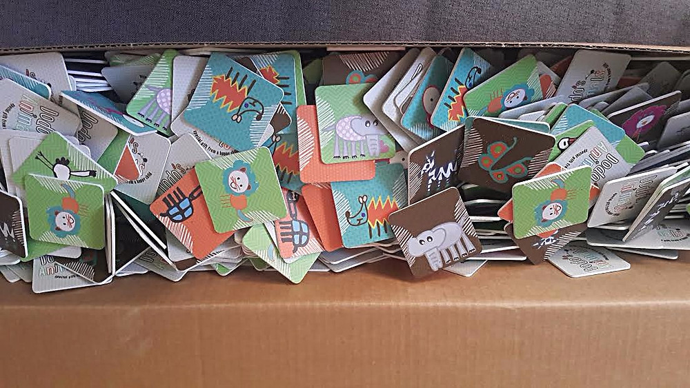 תפזורת של 900 קלפים בארגז