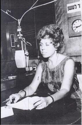 החל בסוף שנות ה-50, ובמשך שמונה שנים הגישה שולמית אלוני תכניות רדיו ב״קול ישראל״ שקידמו זכויות צרכנים ואזרחים.