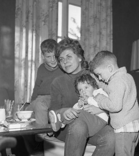 שולמית אלוני הייתה נשואה לראובן אלוני מ-1952 ועד מותו ב-1988 והיא אמם של דרור, נמרוד ואודי אלוני.