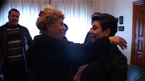 כמנהיגת מחנה השלום ניהלה שולמית אלוני קשרים הדוקים עם המנהיגות הפלסטינית. בתמונה עם חנאן אשראווי.