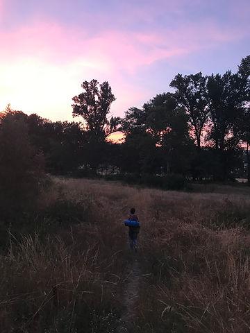 lieze kijkt zonsondergang (hanna).jpg
