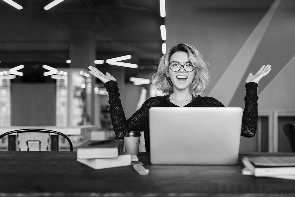 Femme-devant-ordinateur-heureuse-de-travailler-en-interim.jpg