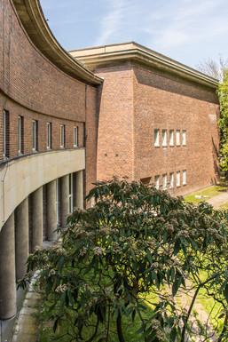 L'edificio dalla forma arcuata destinato ad ospitare gli studi principali venne realizzato secondo il principio Haus-in-Haus: contiene, tra le altre, la famosa Großer Sendesaal 1, cuore dell'intero complesso.