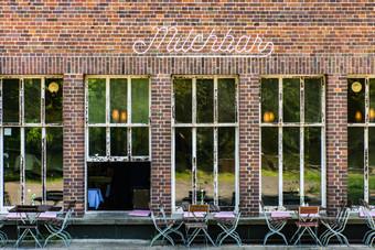 Il MilchBar (i primi Milchbar in Germania arrivano già negli anni '30 e con questo termine si voleva marcare una differenza dai Cocktailbar). Entrare in questo locale è come fare un salto indietro nel tempo e ritrovarsi negli anni '50: qui tutto, dall'arredamento all'atmosfera è originale di quegli anni.