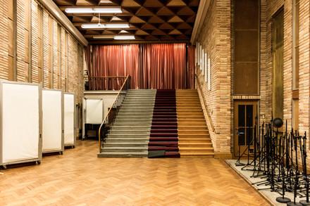 Questa scala non portava da nessuna parte e l'unico scopo era registrare il suono di persone che camminavano su tre diverse tipologie di scale, cemento, moquette e legno.