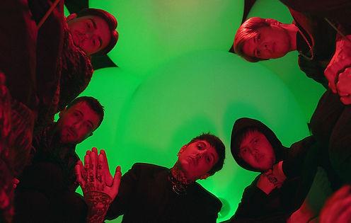 今年を表すソングとしてBring Me The Horizonの曲Parasite Eveが選ばれJordan Fishが制作過程について語る。